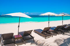 Spiaggia di sabbia bianca con gli ombrelli, isola di Boracay Immagini Stock