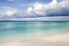 Spiaggia di sabbia bianca con il cielo nuvoloso immagine stock libera da diritti