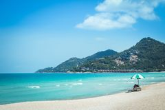 Spiaggia di sabbia bianca del mare con la spiaggia blu di Chaweng del mare, Koh Samui, Tailandia immagine stock