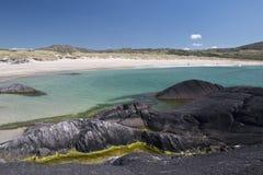 Spiaggia di sabbia bianca e chiara acqua a Caherdaniel, contea Kerry immagini stock