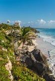 Spiaggia di sabbia bianca e rovine di Tulum, Yuacatan, Messico Immagini Stock