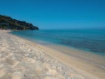 Spiaggia di sabbia bianca ed acqua cristallina Immagine Stock