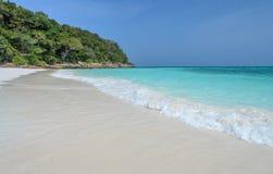 Spiaggia di sabbia bianca idilliaca del mare delle Andamane in Tailandia fotografia stock libera da diritti