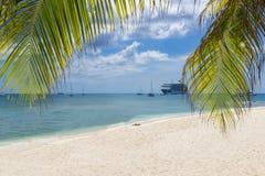 Spiaggia di sabbia bianca nelle isole di Grand Cayman, città di Georde Crociera SH Immagine Stock Libera da Diritti