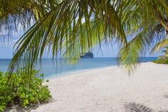 Spiaggia di sabbia bianca nelle isole di Grand Cayman, città di Georde Crociera SH Immagini Stock Libere da Diritti