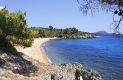 Spiaggia di sabbia bianca pura nella baia del mar Egeo Fotografie Stock Libere da Diritti