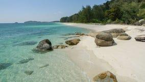 Spiaggia di sabbia bianca in Tailandia sull'isola tropicale di Adang Fotografie Stock Libere da Diritti