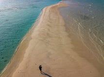Spiaggia di sabbia di bianco del paesaggio di panorama di vista aerea delle Maldive immagini stock libere da diritti