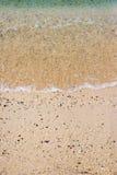 Spiaggia di sabbia con l'onda fotografia stock