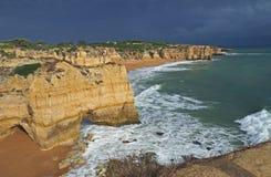 Spiaggia di sabbia con le scogliere dell'arenaria e un oceano e un cielo blu fotografia stock libera da diritti