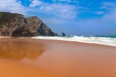 Spiaggia di sabbia dell'oceano e le rocce Immagini Stock Libere da Diritti