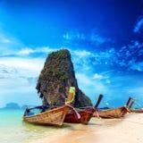 Spiaggia di sabbia e barche esotiche della Tailandia in isola tropicale asiatica Immagini Stock