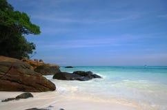 Spiaggia di sabbia e cielo blu bianchi Immagini Stock