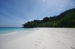 Spiaggia di sabbia e cielo blu bianchi Immagine Stock Libera da Diritti