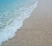 Spiaggia di sabbia e mare blu dell'onda Fotografia Stock Libera da Diritti