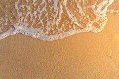Spiaggia di sabbia ed onda molto vicine in Grecia, sole bruciante immagine stock