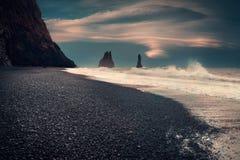 Spiaggia di sabbia famosa del nero di Reynisfjara sulla costa sud dell'Islanda immagini stock