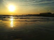 Spiaggia di sabbia fine bagnata dalle acque del mar Mediterraneo immagine stock libera da diritti