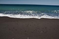 Spiaggia di sabbia nera dell'isola di Santorini fotografia stock