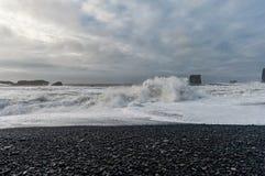 Spiaggia di sabbia nera Reynisfjara in Islanda Spruzzo d'acqua dell'oceano Immagine Stock Libera da Diritti