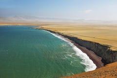Spiaggia di sabbia rossa della riserva nazionale di Paracas nel Perù Immagine Stock