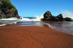 Spiaggia di sabbia rossa di Kaihalulu, Maui, Hawai Immagini Stock