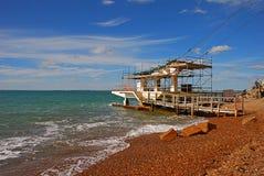 Spiaggia di sabbia variopinta dei ciottoli della baia dell'allume in isola di Wight con la fermata della seggiovia Fotografia Stock Libera da Diritti