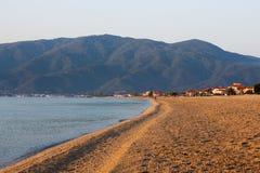 Spiaggia di sabbia vuota di mattina senza gente Nea Vrasna, Gree fotografie stock libere da diritti