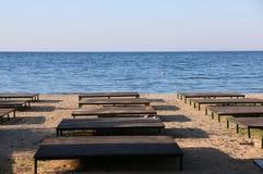 Spiaggia di sabbia vuota prima di alta stagione fotografie stock libere da diritti