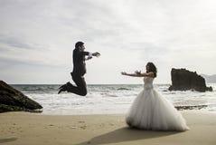 Spiaggia di salto di matrimonio Fotografie Stock