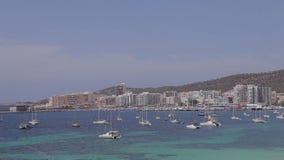 Spiaggia di San Antonio Bay Ibiza, palme, sabbia, mare e montagne di Ibiza archivi video