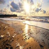Spiaggia di Sandy al tramonto Fotografia Stock