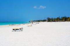Spiaggia di Sandy con la gente che gode dell'estate Fotografia Stock Libera da Diritti