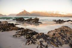 Spiaggia di Sandy con le rocce immagine stock