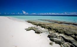 Spiaggia di Sandy con le rocce e l'oceano dei coralli Immagini Stock Libere da Diritti