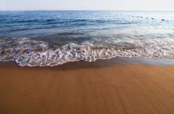 Spiaggia di Sandy e spuma. Immagine Stock