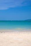 Spiaggia di Sandy il giorno pieno di sole Immagini Stock