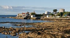 Spiaggia di Sandycove e la torretta del James Joyce Immagine Stock