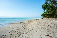 Spiaggia di sogno con la barca, Bali Indonesia, isola di Nusa Penida Fotografia Stock