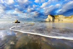 Spiaggia di Sopelana con la schiuma e le riflessioni dell'onda Fotografie Stock