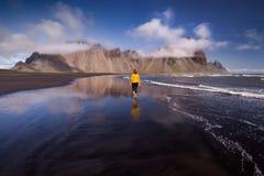 Spiaggia di Stokksnes con le montagne di Vestrahorn nel fondo in Islanda immagine stock