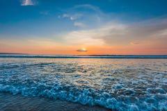 Spiaggia di stupore di Bali della forma di tramonto immagini stock libere da diritti