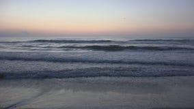 Spiaggia di tramonto, alba sulla spiaggia, oceano al tramonto di estate, vista sul mare crepuscolare fotografia stock
