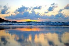 Spiaggia di tramonto alla spiaggia di Patong, Phuket, Tailandia Immagine Stock