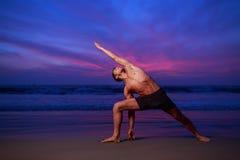 Spiaggia di tramonto di yoga Immagini Stock