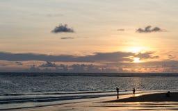 Spiaggia di tramonto in siluetta Immagini Stock Libere da Diritti