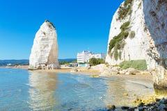 Spiaggia di vista di Vieste con la roccia di Pizzomunno, costa di Gargano, Puglia immagine stock