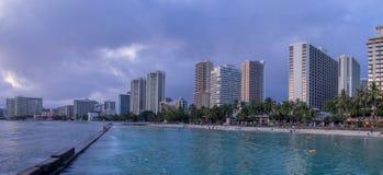 Spiaggia di Waikiki al crepuscolo Fotografie Stock
