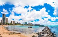 Spiaggia di Waikiki con il pilastro e le barche a Honolulu Immagini Stock