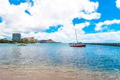 Spiaggia di Waikiki con il pilastro e le barche a Honolulu Fotografia Stock